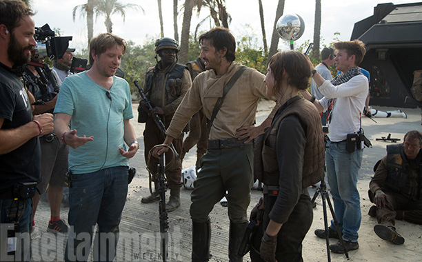 Rogue One: A Star Wars Story (2016) Director Gareth Edwards on set with actors Diego Luna (Cassian Andor) and Felicity Jones (Jyn Erso) on the set credit: Jonathan Olley/© Lucasfilm LFL 2016